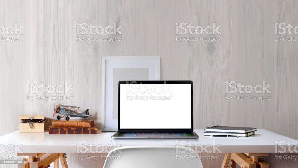 Loft werkruimte met leeg scherm laptop en mockup poster op witte Bureau. - Royalty-free Architectuur Stockfoto