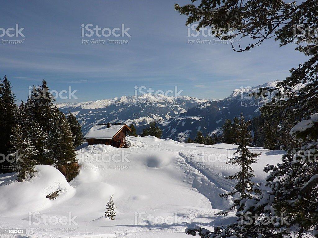 Blockhaus im verschneiten Wald – Foto