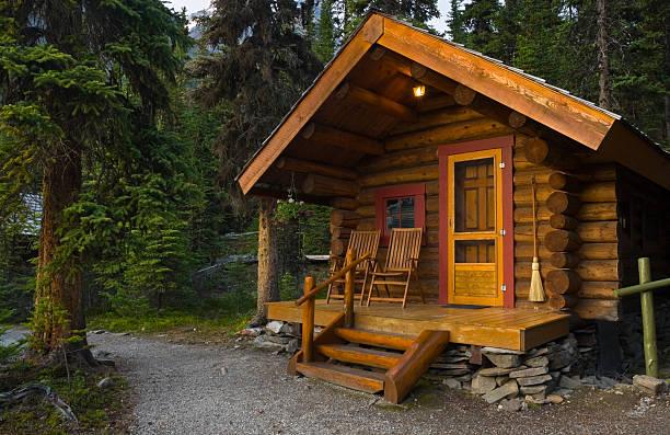log cabin in the forest - kütük ev stok fotoğraflar ve resimler