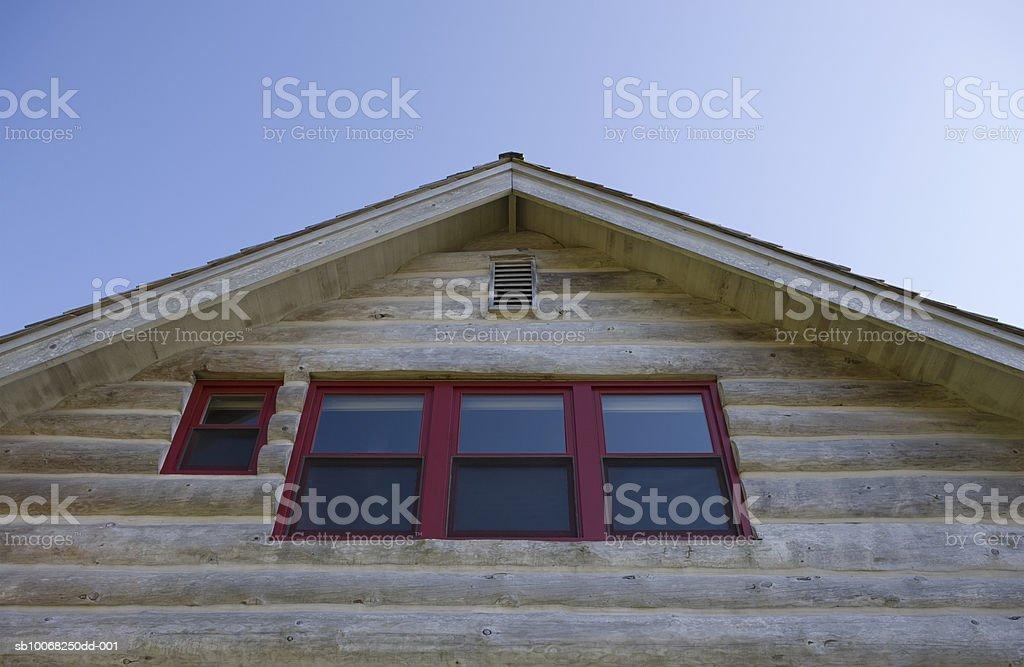 Log cabin, vista de ángulo bajo foto de stock libre de derechos