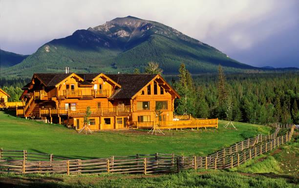 log house ranch - hotel in den bergen stock-fotos und bilder