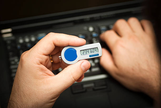anmeldung über eine zweite faktor authentifizierung token - generator text stock-fotos und bilder