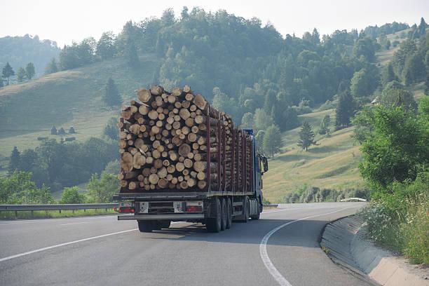 Protokollierung Lkw-Fahren auf einer Straße zwischen hills – Foto