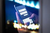 オンラインの銀行口座または夜インターネット上で個人情報をスマート フォンでログインします。手入力し、暗闇の中で、アプリケーションにユーザー名とパスワードを入力します。