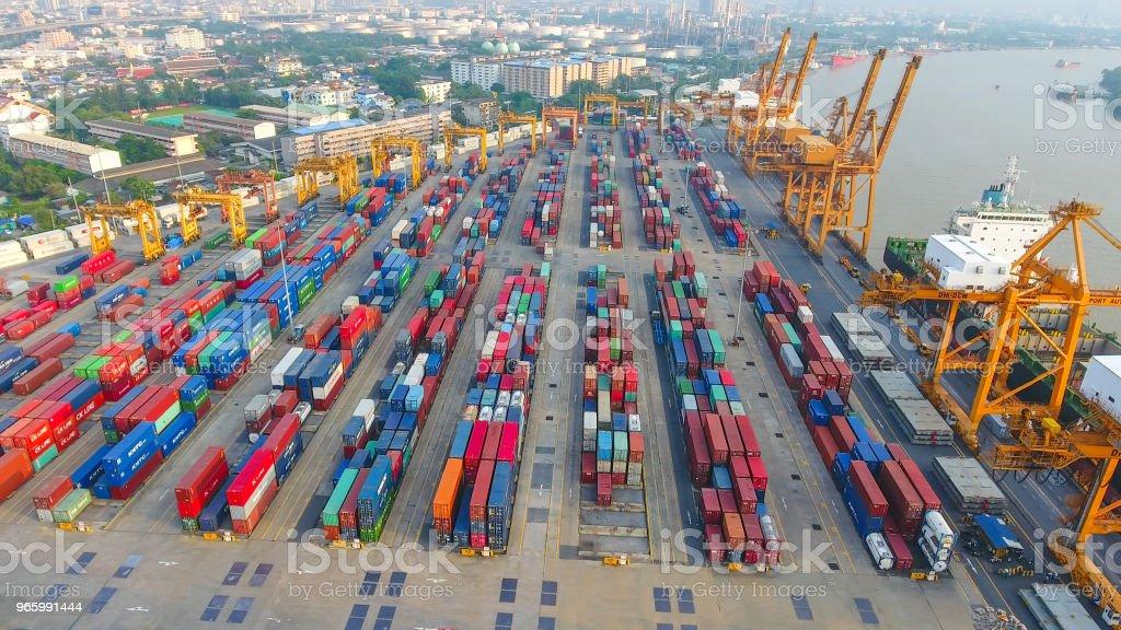 Logistik och transport av Container lastfartyg och Cargo arbetar crane bridge i varvet - Royaltyfri Affärstransaktion Bildbanksbilder