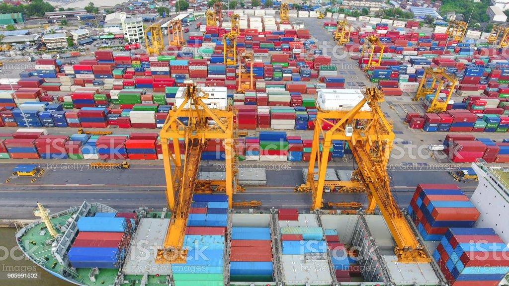 Logistiek en transport Container vrachtschip en lading werken kraan brug op scheepswerf - Royalty-free Azië Stockfoto
