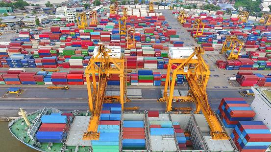 Logistiek En Transport Container Vrachtschip En Lading Werken Kraan Brug Op Scheepswerf Stockfoto en meer beelden van Azië