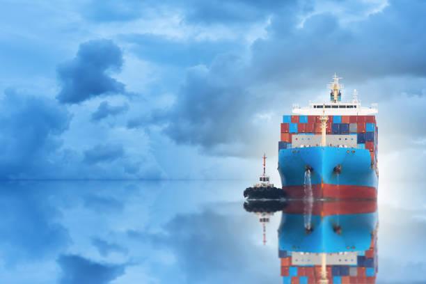 Logistik und Transport von internationalen Containerladung versenden mit Port Kranbrücke im Seehafen bei Dämmerung Himmel für Logistik Import Export Hintergrund und Transport-Industrie – Foto