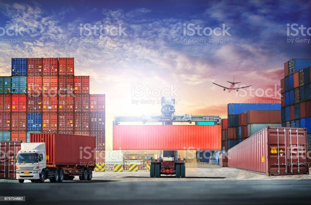 物流導入匯出背景和運輸行業的集裝箱貨運船在落日的天空 免版稅 stock photo