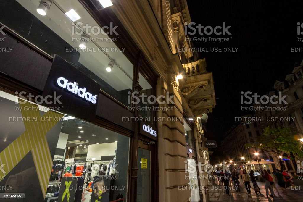 Miniatura extremadamente en términos de  Logo Of Adidas On Their Main Store For Belgrade Adidas Is A German  Sportswear Brand The Biggest In Europe Stock Photo - Download Image Now -  iStock