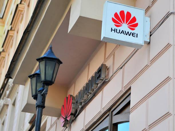 logo of huawei flagship store in tverskaya shopping street - huawei foto e immagini stock