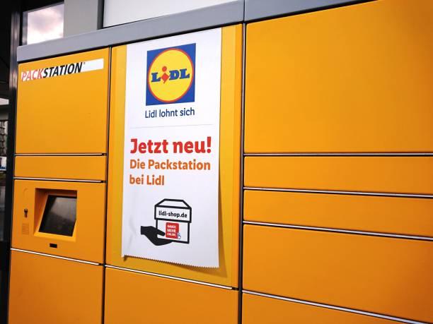 dhl logo on packing station inside a lidl supermarket - lidl foto e immagini stock