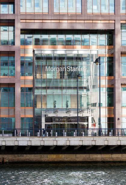 logo oder zeichen für morgan stanley in canary wharf - morgan stanley stock-fotos und bilder