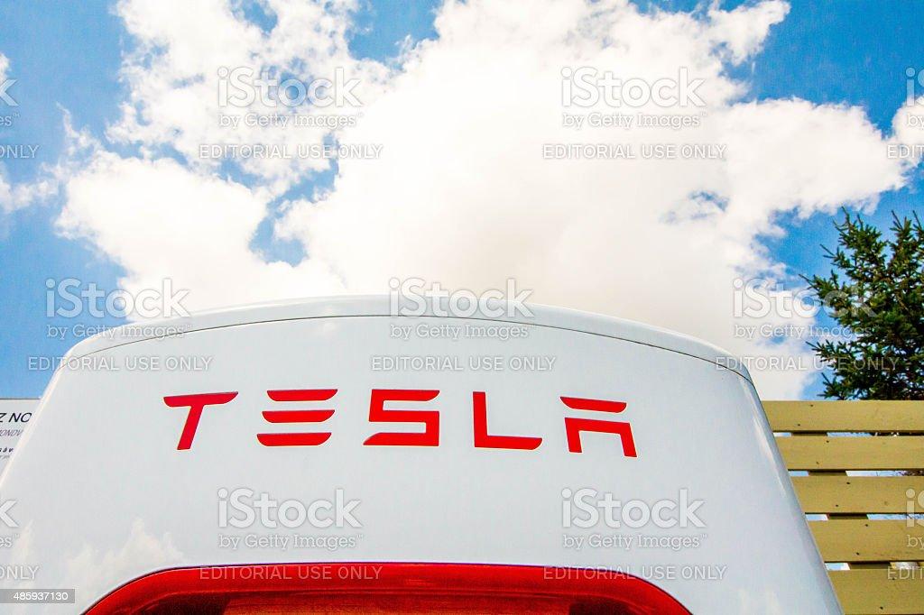 Logo Tesla sur Superchargeur - Photo