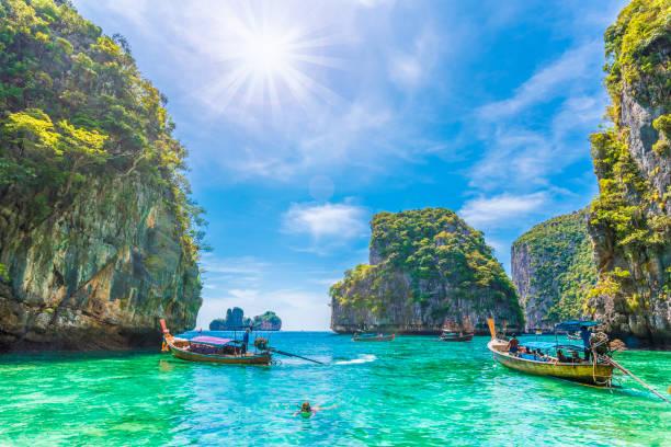bahía loh samah, isla phi phi - beach in thailand fotografías e imágenes de stock