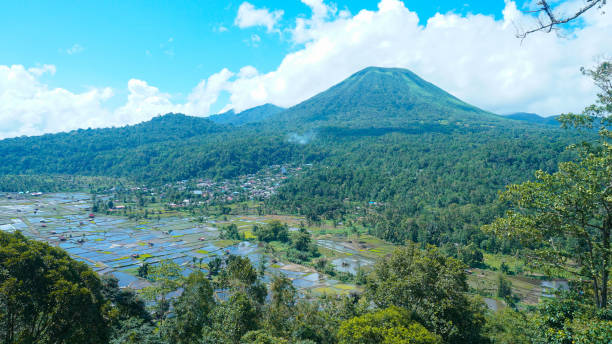 Lokon Montain Lokon is a mountain near the city of tomohon north sulawesi province. This mountain has a height of 1.580m from sea level sulawesi stock pictures, royalty-free photos & images