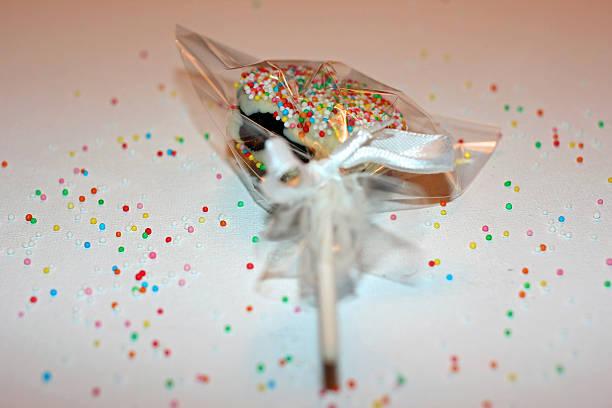 lollipop oreo mit süßigkeiten - lutscher cookies stock-fotos und bilder