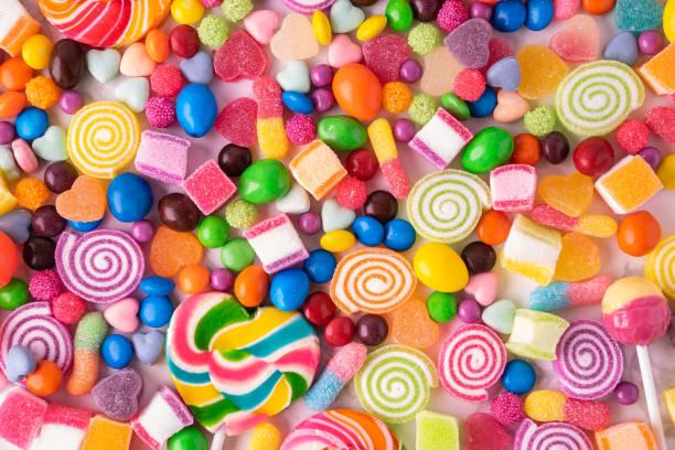 lollipops bonbons und süßes zuckergelee bunt - süßigkeit stock-fotos und bilder