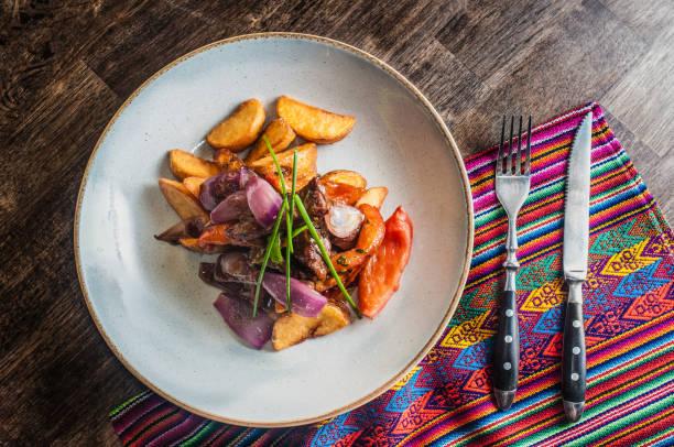 patatas y carne de lomo saltado tradicional plato peruano - perú fotografías e imágenes de stock