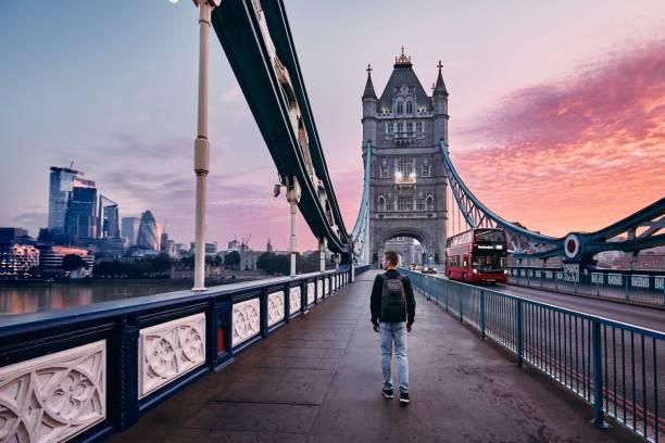 london bei buntem sonnenaufgang - englandreise stock-fotos und bilder