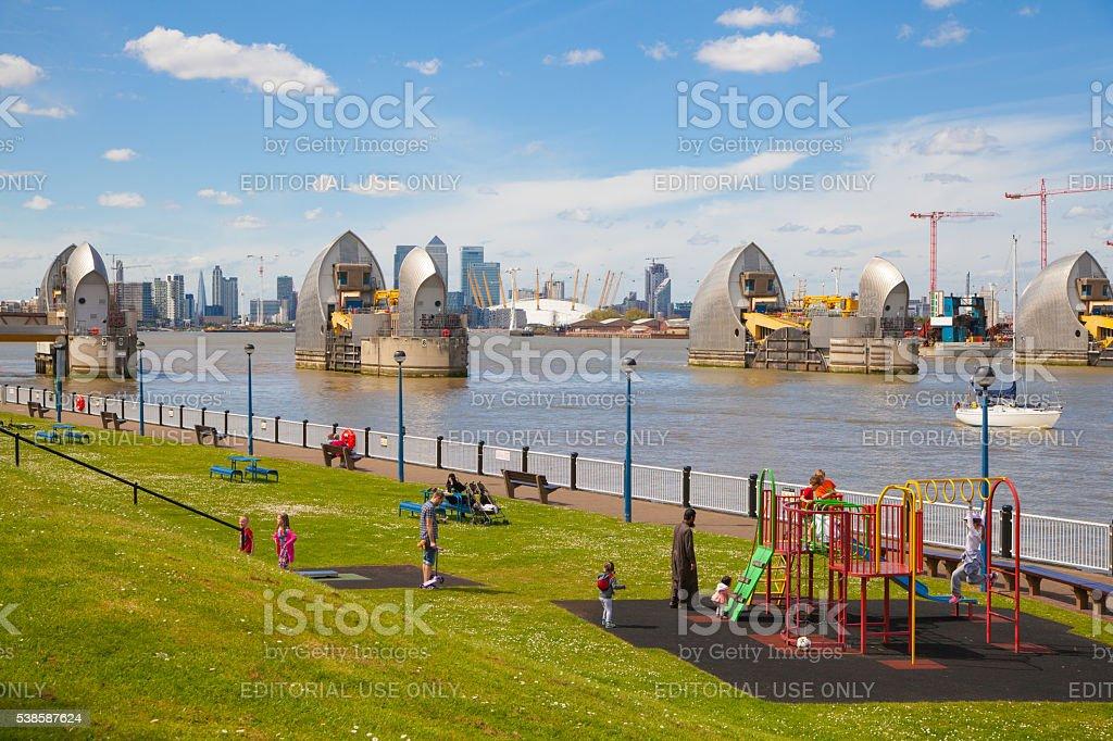 Barrera de Londres sobre el río Támesis y patio de juegos - Foto de stock de Accidentes y desastres libre de derechos