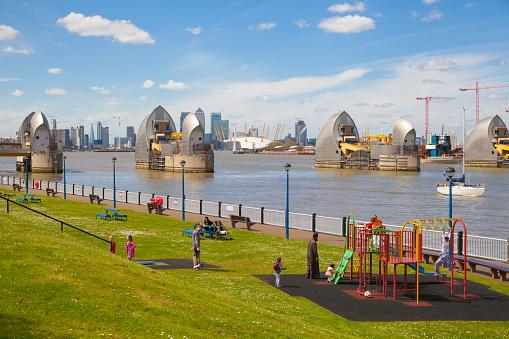 Barrera De Londres Sobre El Río Támesis Y Patio De Juegos Foto de stock y más banco de imágenes de Accidentes y desastres