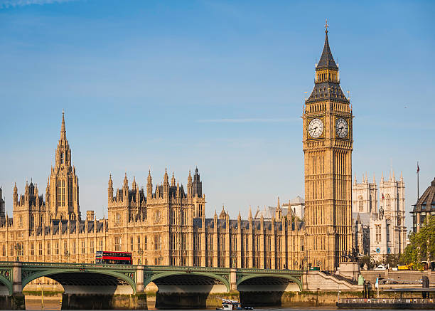биг-бен и вестминстер бридж лондон парламент красный автобус темзы великобритания - вестминстер лондон стоковые фото и изображения