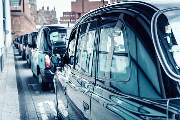 Schwarzen Londoner Taxis in einer Linie – Foto