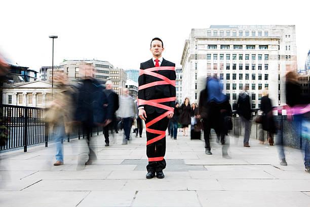 londres homem de negócios amarrado em burocracia - amarrado - fotografias e filmes do acervo