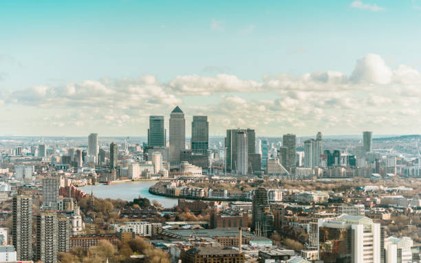 skyline von london canary wharf - canary wharf stock-fotos und bilder