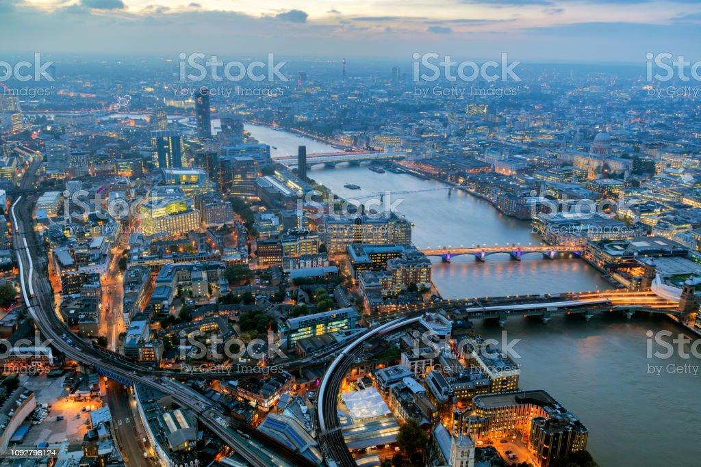 Londoner Stadtbild bei Einbruch der Dunkelheit beleuchtet – Foto