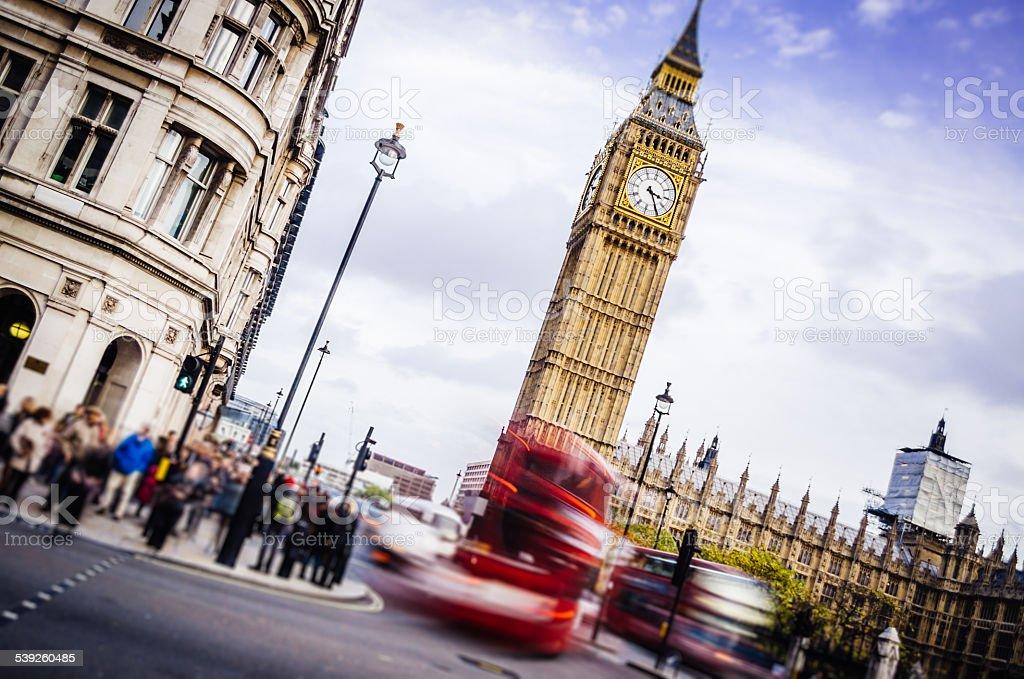 London mit dem Doppeldeckerbus, in der Nähe von Big Ben Tower Lizenzfreies stock-foto