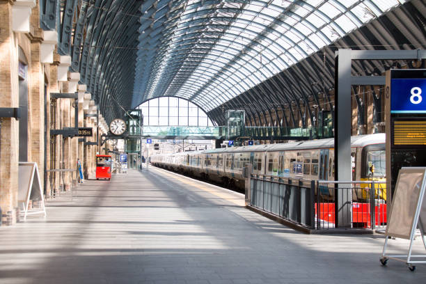 London, England Bahnsteig Bahnhof Kings Cross Bahnsteig Kings Cross in London railroad station platform stock pictures, royalty-free photos & images