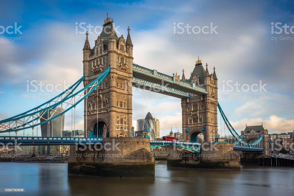 ロンドンイギリス 伝統的な赤い二階建てバスや銀行地区の高層ビルの ...