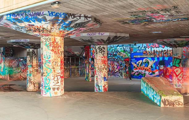 london-graffiti-wand im skater-park - sprüche englisch stock-fotos und bilder