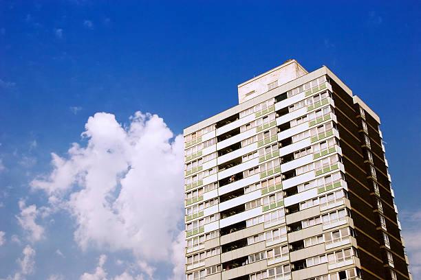 London Innenstadt block von Ballerinas, blauer Himmel und Wolken – Foto