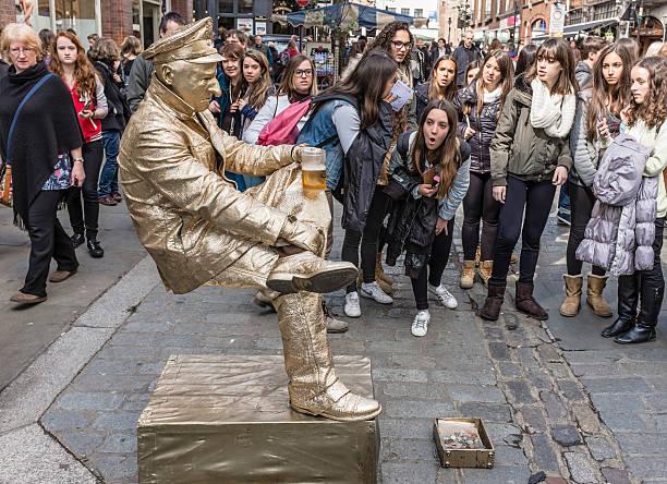 London street anfitrión estatua de estar - foto de stock