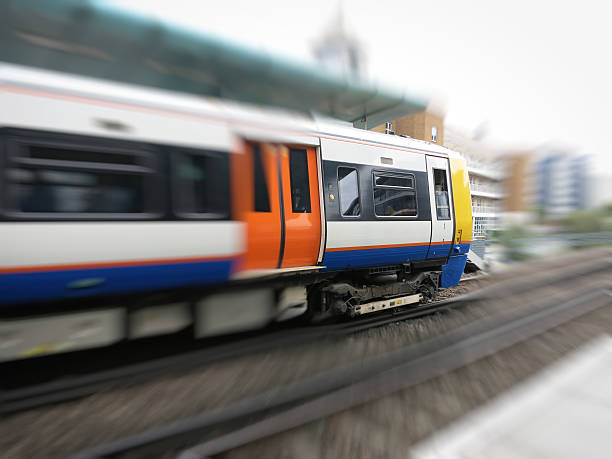 London overground train approaching station - foto de stock