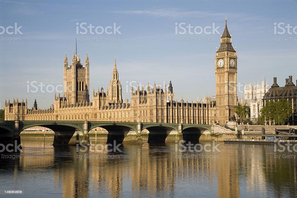 国会議事堂、ロンドンの朝の光 - イギリスのロイヤリティフリーストックフォト