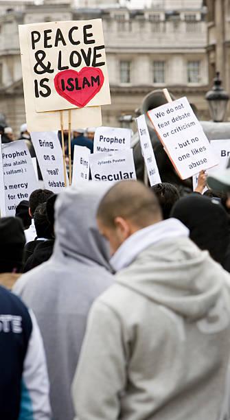 london protest: frieden & liebe ist der islam - sprüche englisch stock-fotos und bilder