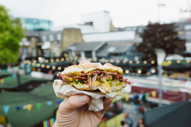 london street food - hamburger - streetfood stock-fotos und bilder