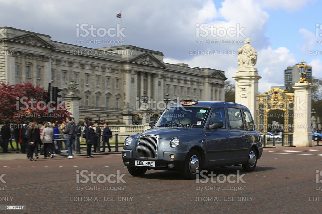 London Taxi Cab in front of Buckingham Palace, United Kingdom stock photo