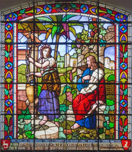 london - der jesus und die samariter bei gut szene auf dem satinierten glas st. james kirche, clerkenwell. - indoor wasserbrunnen stock-fotos und bilder