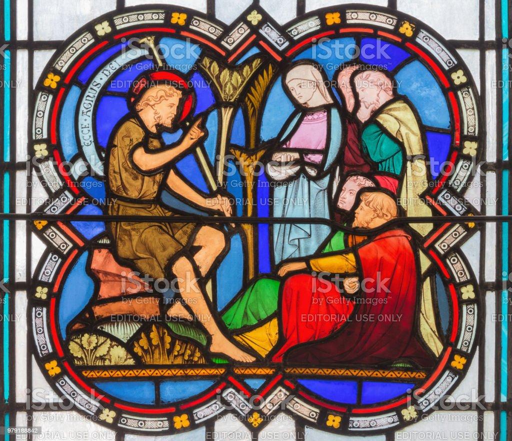 Londres - o sermão de São João Batista em vitral na Igreja St Michael Cornhill por Clayton e Bell de 19. Cent. - foto de acervo