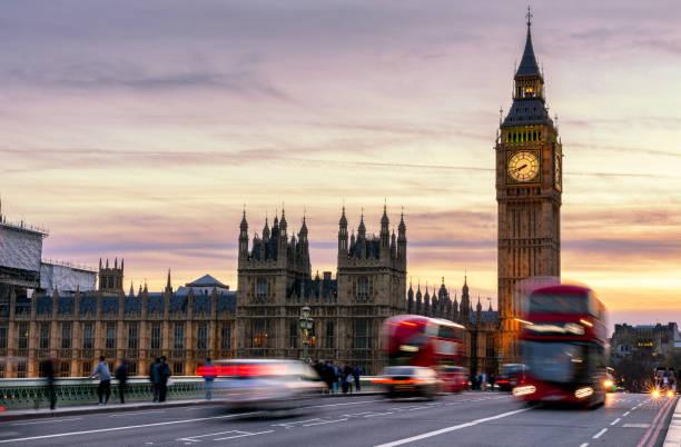 London, Großbritannien. Roter Bus in Bewegung und Big Ben, dem Palace of Westminster. Die Symbole von England – Foto