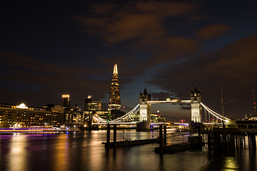 Londen Tower Bridge En De Scherf Stockfoto en meer beelden van Architectuur