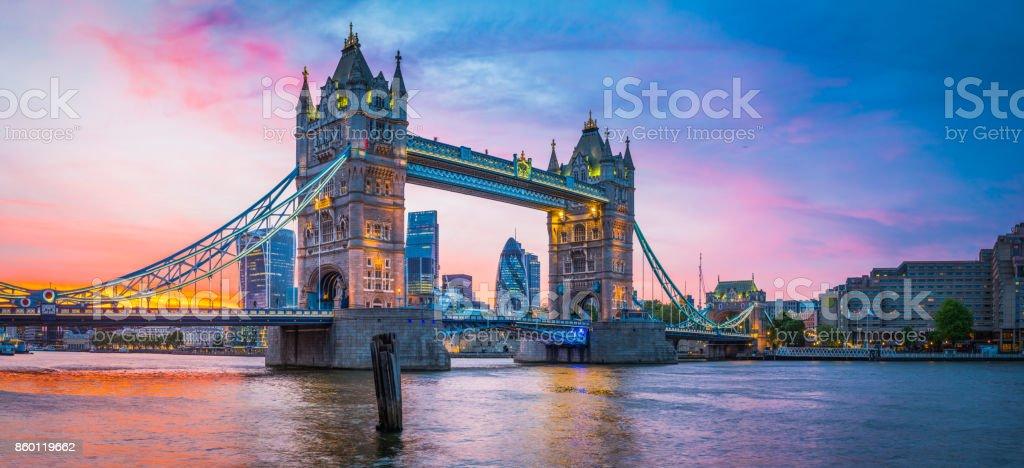London Tower Bridge River Thames Stadt Wolkenkratzer beleuchtet Sonnenuntergang panorama – Foto