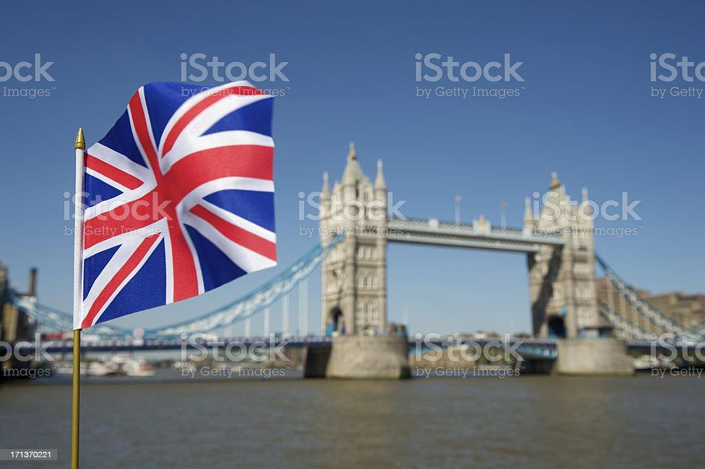 London Tower Bridge com bandeira da União Jack - foto de acervo