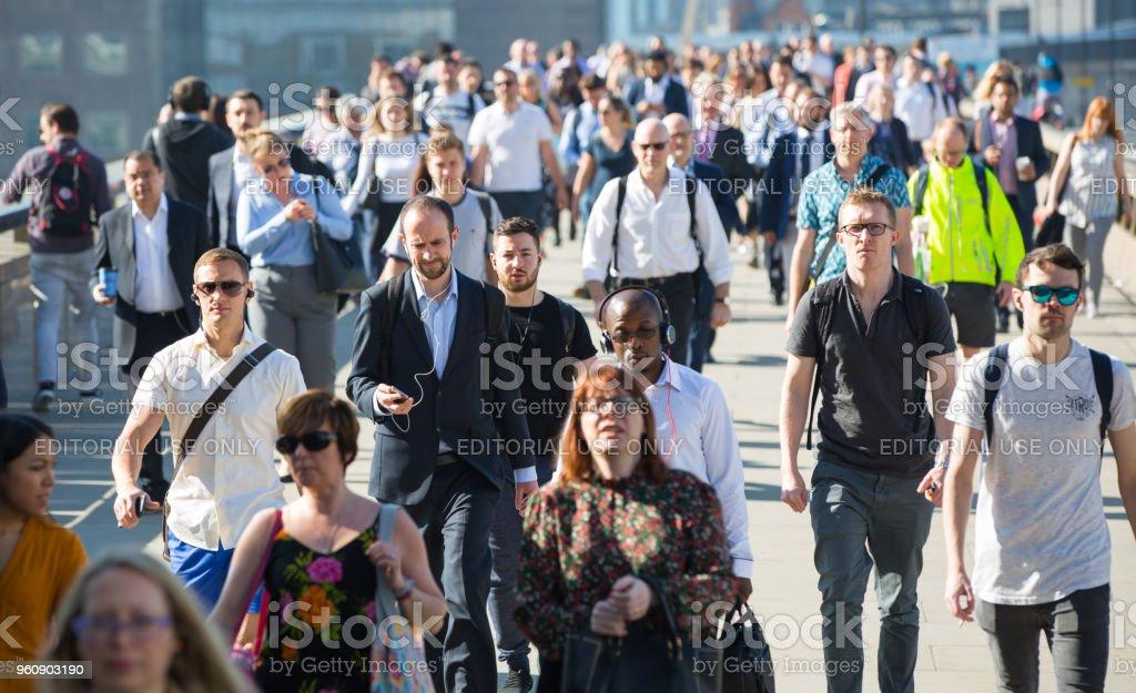 London, UK. Verschwommenes Bild von Büroangestellten, überqueren die London Bridge in den frühen Morgenstunden auf dem Weg in die City of London. - Lizenzfrei Arbeitskollege Stock-Foto