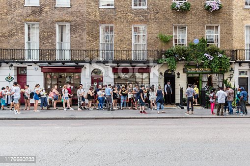 A long queue for to the Sherlock Holmes Museum in London